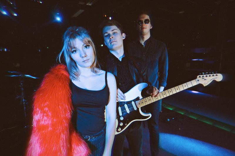 Plant My Bones eli Jenna Kosunen, Elias Ruuska ja Konsta Ruuska pistivät bändin uusiksi nimeä myöten. Kolmikko julkaisee uutta musiikkia kevään aikana. Ensimmäinen biisi tulee ulos puoliltaöin, kun torstai kääntyy perjantain puolelle.