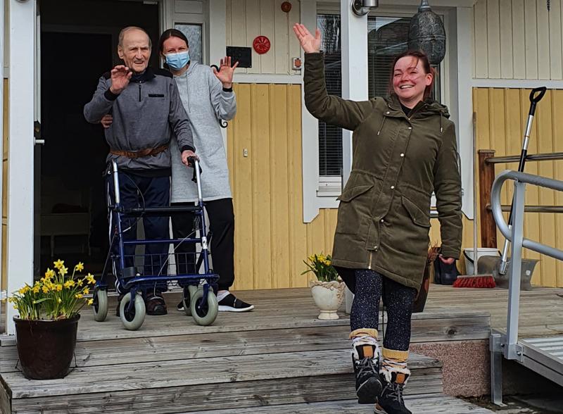 Lampelan Palvelukodin vastaava sairaanhoitaja Tiina Järvenpää (takana) huiskuttaa heipat palvelukodin entiselle omistajalle Johanna Nyyssölälle. Omistajavaihdoksen myötä uudet tuulet puhaltavat sisälle Lampelan ovista.