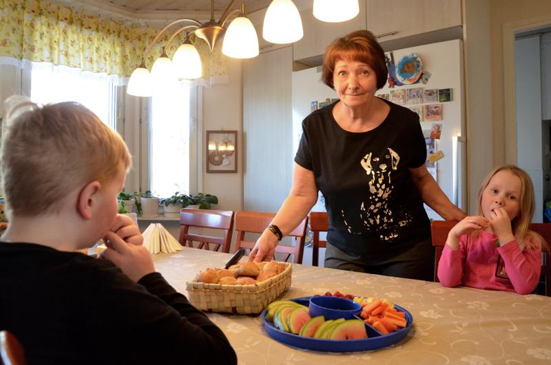 Ylivieskan Seudun Sydänyhdistyksen sihteeri Helena Isosalo tarjosi lapsenlapsilleen värikästä välipalaa. Mummolan vadelmat ovat Jeren ja Emmin herkkuja.