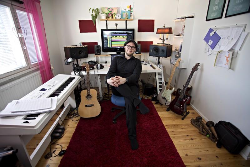 Ville Palin työskentelee kotonaan Kalajoella. Tietoliikenneyhteyksien avulla musiikkitiedostot siirtyvät hetkessä ympäri maailmaa.