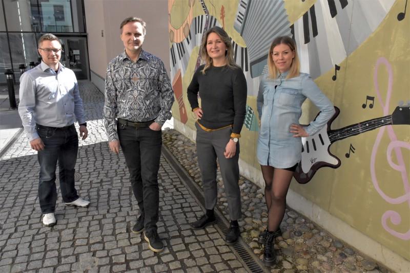 Rehtori Peter Roos (vasemmalla), apulaisrehtori Bo-Anders Sandström sekä kuvataiteen ja teatteritaiteen linjojen vetäjät Malin Simons ja Ida-Maria Rak satsaavat siihen, että Pietarsaaren Wava-opisto näkyy ja kuuluu seudulla entistä paremmin.