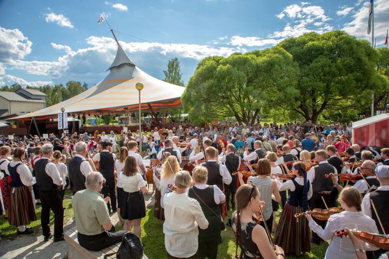 Kaustisen kansanmusiikkijuhlien järjestäjillä on vielä uskoa tulevan kesän festareihin. Kuva avajaisista vuodelta 2018.