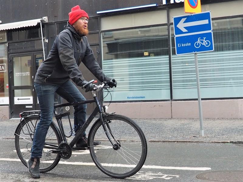 Kaksisuuntainen pyöräliikenne voidaan sallia yksisuuntaisella kadulla, kunhan se on osoitettu selkeästi liikennemerkeillä. Matti Koistinen kehottaa kaikkia erityiseen varovaisuuteen varsinkin risteyskohdissa.