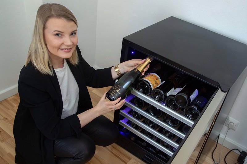 Anna Alppisella ja hänen puolisollaan on noin 50 pullon vetoinen viinikaappi käyttöviineille. Unelmissa on hankkia lisäksi kypsytys- tai varastointikaappi. –Viiniharrastus on mennyt jo sen verran totiseksi, että toinen kaappi olisi tarpeen, Alppinen kertoo.