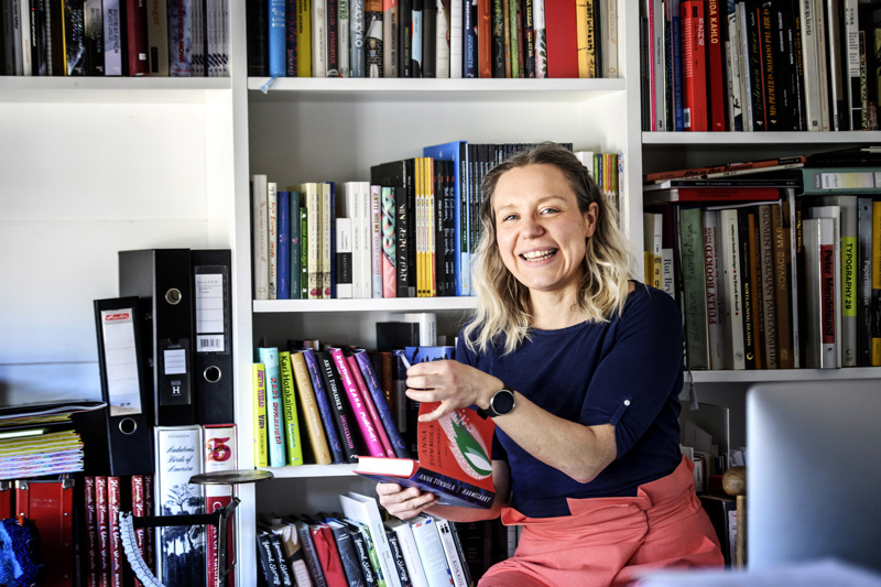 Työhuoneen kirjahyllyssä ovat kaikki teokset, jotka Elina Warsta on vuosien varrella kuvittanut.