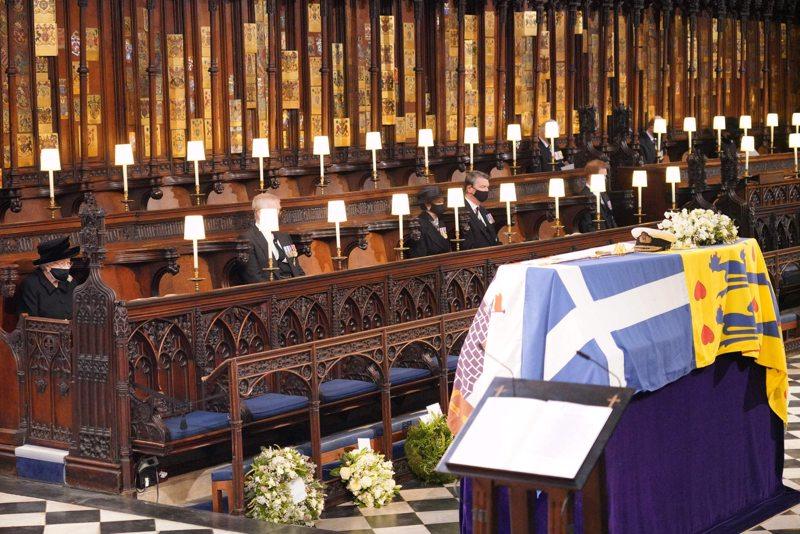 Kuningatar Elisabet katsoo puolisonsa prinssi Philipin arkkua siunaustilaisuudessa Windsorin linnan kappelissa.