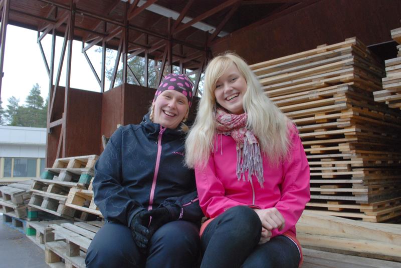 Folkki-blondit Mari Rytky ja Elina Linna houkuttelivat uusia talkoolaisia kesän festivaaleille. Mukaan tarvittiin yli sata käsiparia. Eniten pulaa oli väestä ravintolamyyntiin ja artistikuljetuksiin.