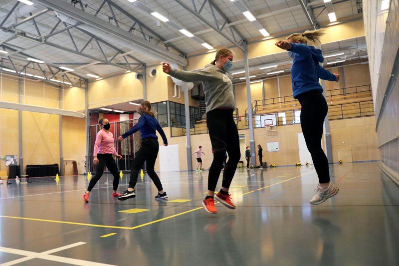 Koulutukseen kuului myös käytännönharjoituksia. Paritehtäviä tekemässä Rebekka Pöyhönen, Saana Koskimäki, Jonna Järvelä ja Salla Koskimäki.