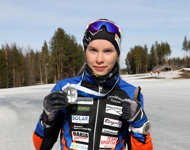 Iida Vuollet päätti hiihtokautensa nuorten SM-hopeaan.