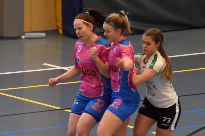 Tasaista ja ahdasta oli. Laura Koskinen (vas.) ja Essi Rahkonen olivat voittomaalin tehneen Melisa Aydemirin tiellä.