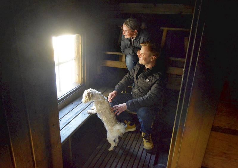 Juuso Ojala ja Petra Kela Kalajoelta katsevat maisemia savusaunastaan Kalajoen Vihasniemessä.