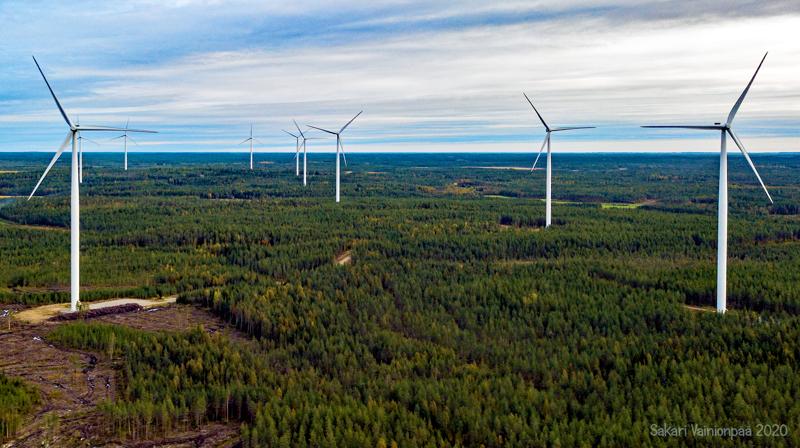 Tuulivoimayhtiöistä kerrotaan, että Haapaveden tuulivoimapuistojen tekninen suunnittelu ja rakennusluvitus jatkuu alkuperäisessä aikataulussa valituksista huolimatta. Arkistokuvaa Perhosta.
