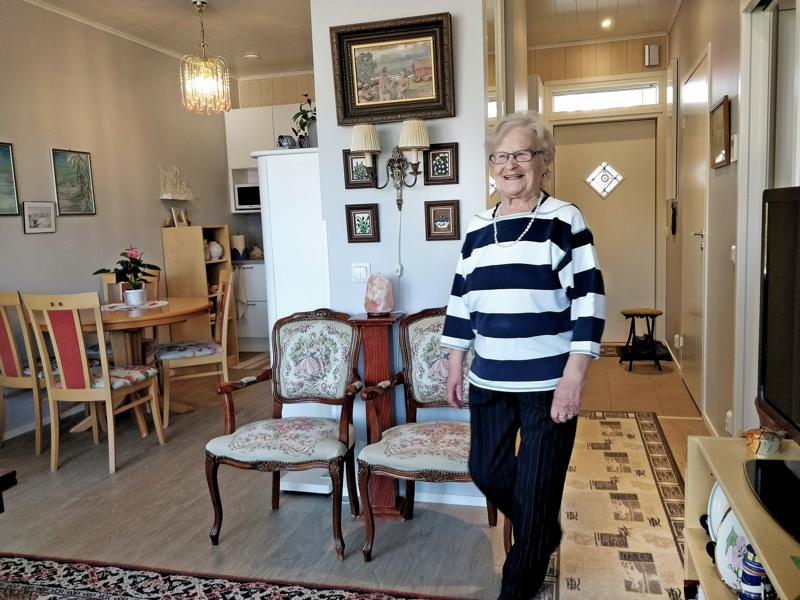 Ritva Cederbergin kodissa näkyy takavuosien maalaus- ja käsityöharrastus. Päätyseinissä esillä oleva puupinta  lisää asukkaan mielestä tilan lämmintä tunnelmaa.