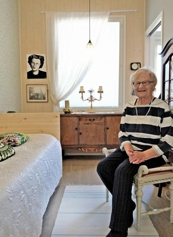 Jurvan kauniisti koristeltu senkki löysi paikkansa makuuhuoneen ikkunan edestä. Se on seurannut mukana muutosta muuttoon 1950-luvulta asti.