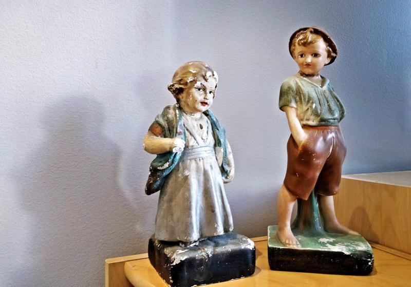 Tyttö- ja poikapatsas ovat rakkaita muistoja; tytön vuodelta 1942  mummu osti aikoinaan OTK-pisteillä Härmästä. Poikapatsas vuodelta 1941 tuli kaveriksi Purmolta.