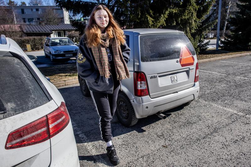Noora Isokangas saa henkilöautokortin jo 17-vuotiaana. Mopoauton ratista hän on jo ehtinyt todistaa monenlaista liikennekäyttäytymistä, huonoakin.