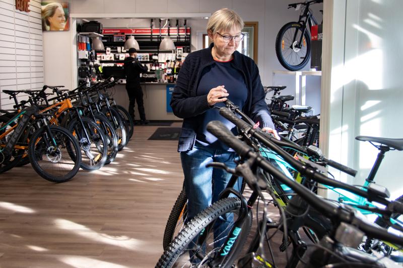 Pyöräliike Pyöräpoikien yrittäjä Merja Mutka ohjeistaa, että pyörässä kannattaisi käyttää kaksoislukitusta.
