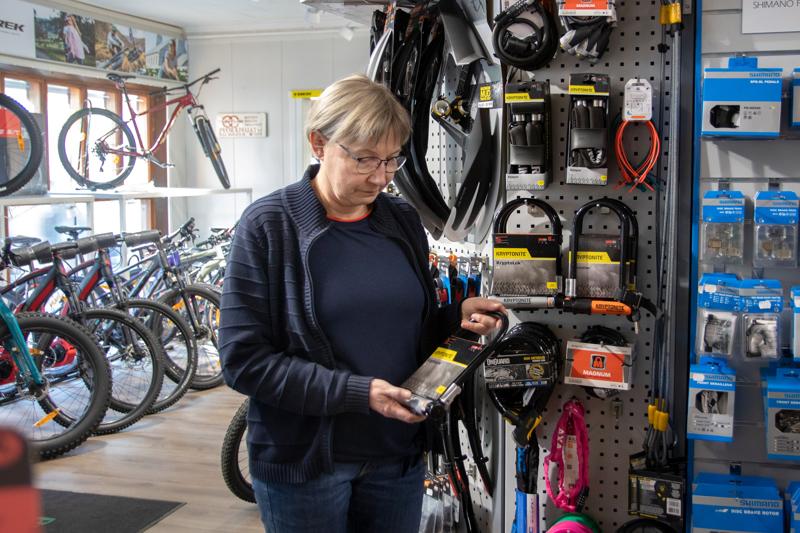 – Ostokuitilla voi osoittaa pyörän ostajalle, että tässä myödään oikeasti omaa eikä varastettua pyörää, ohjeistaa pyöräliike Pyöräpoikien yrittäjä Merja Mutka.