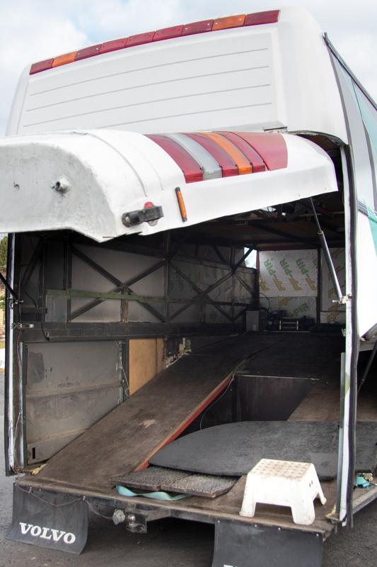 Drifting-auton siirtymisiin hankittu uusi bussi odottaa remontointia tulevaa kautta varten.