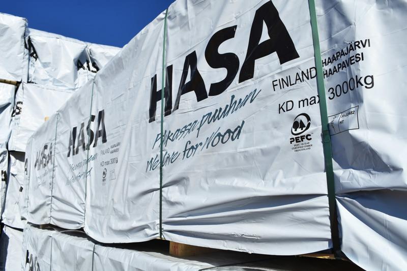 Hasan pihalla puutavara odottaa matkaa maailmalle paketeissa, joitten kyljissä on PEFC-logo. Se on lupaus arvovalinnoista, joihin puuraaka-aineen tuotannossa on sitouduttu.