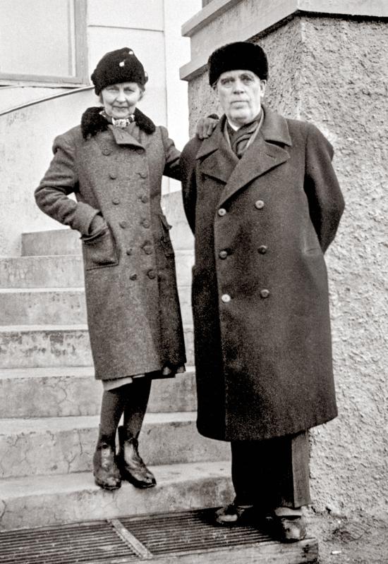 Hilma ja Alfred Gyllenberg Roosin talon rappusilla. Alfred Gyllenberg oli PYP:n Kokkolan toimipisteen johtaja. Gyllenberg oli Kauppauseuran perustajajäseniä.