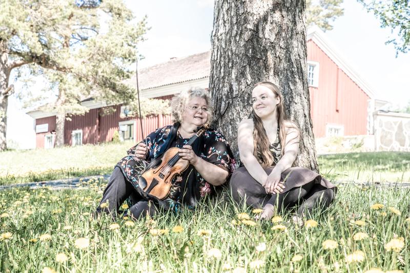 Kreeta-Maria Kentala ja Tea Polso ovat kotonaan niin vanhan musiikin kuin kansanmusiikinkin parissa.