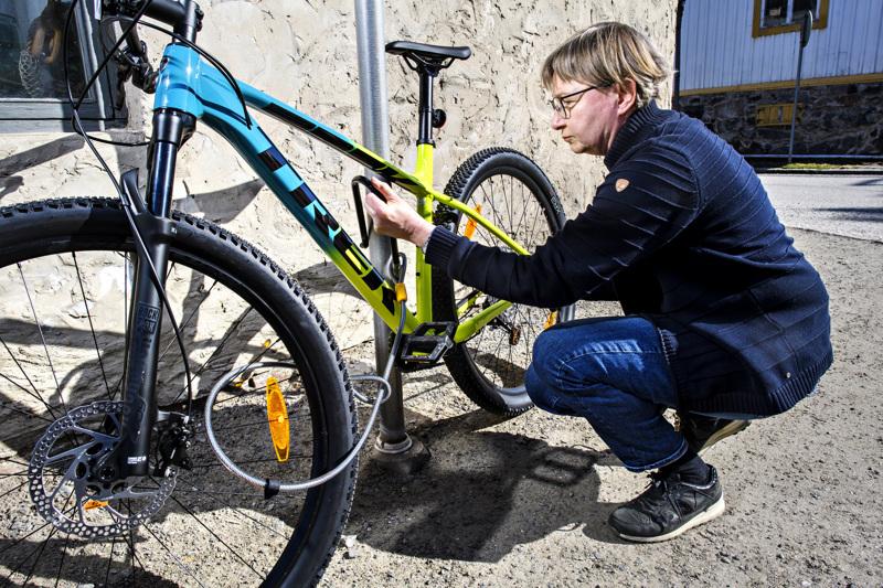 Kokkolalaisen Pyöräpojat-liikkeen Merja Mutka näyttää kuinka polkupyörä lukitaan niin, että se vähintään hidastaa mahdollista varasta.