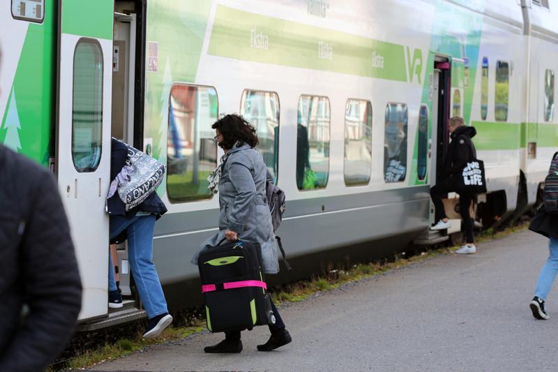 Ei enää pysähdy. Illan molemmat IC:t (51 ja 27) ajavat Kannuksen rautatieaseman ohi.