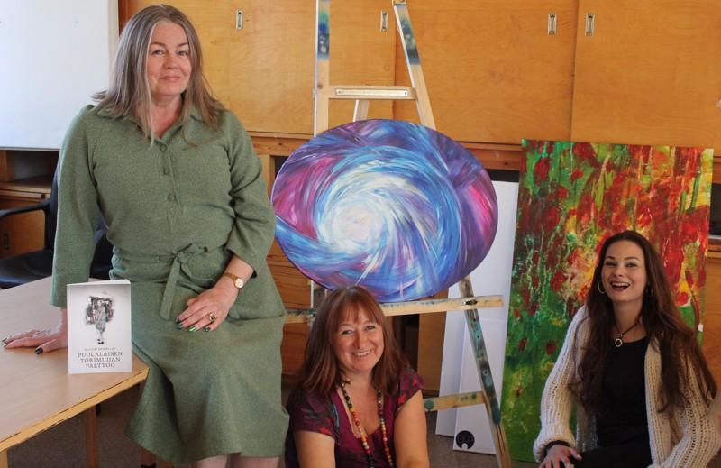 Yhteistyössä on voimaa. Naiset suunnittelevat runokoosteen videoimista. Etsikääpä se netistä! Vasemmalta Anuirmeli Sallamo-Lavi, Paula Noponen ja Anna Vihanto.