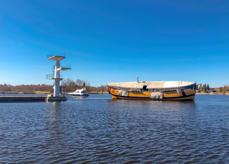 Kaljaasi Jacobstads Wapen on palannut laituriinsa. Kesän tullen sen takilaa aletaan pystyttää, ja alus avataan myös yleisön tutustuttavaksi.