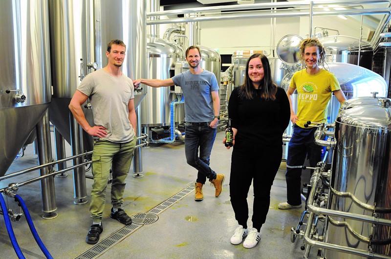 Keppo Bryggerillä on hymy herkässä. Luomuolutpanimon henkilökuntaa vasemmalta Carl-Henrik Höglund, Björn Höglund, Nadja Myllyviita ja Caj Fors-Klingenberg.