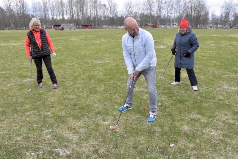 Pietarsaaren työväenopistot järjestävät yhteistyössä golfin alkeiskurssin ensimmäistä kertaa. Camilla Fellman (vas.) opastaa, ja rehtorit Anders Wingren ja Päivi Rosnell koettavat kuunnella.