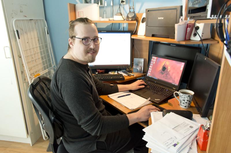Nuorempi Henri tekee automaatioinsinöörin töitä etänä kotonaan Kärkisessä. Laskuja löytyy edelleen vino pino pöydän kulmalta.