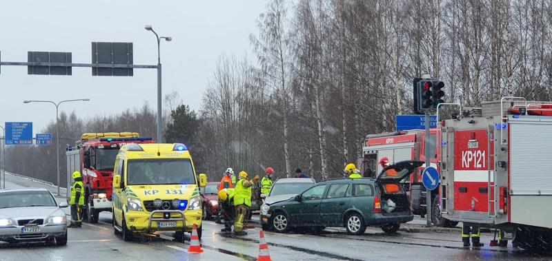 Kokkolassa Heinolankaaren liikennevaloristeyksessä tapahtui liikenneonnettomuus launtaina iltapäivällä.