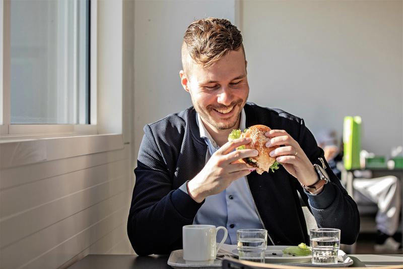 Oles Fast Foodin toimitusjohtaja Joel Snellman kertoo, että kasvipohjaisten tuotteiden sarjan parissa on työskennelty yrityksessä jo pitkään.