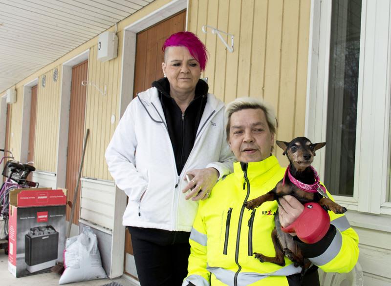 Siru-koira ehdittiin ottaa mukaan palavasta asunnosta. Sen sijaan  Viiru-kissa hävisi eikä sitä ole vieläkään löytynyt, Katri ja Make surevat.