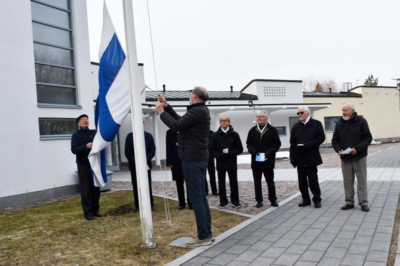 Lipunnostotilaisuus Kansallisen Veteraanipäivän kunniaksi järjestettiin tiistaiaamuna pienellä porukalla kirkon edessä. Haapaveden Sotaveraaniyhdistyksen puheenjohtaja Pertti Hankonen kertoi Haapavedellä elävän enää neljä rintamatunnuksen omaava sotaveteraania ja 24 veteraanien leskeä.  Veteraaniyhdistys ja seurakunta järjestivät lipunnostotilaisuuden Haapavedellä 25. kerran. Tilaisuus on pidetty perinteisesti koulukeskuksen pihalla, jolloin yleisössä on ollut parhaillaan noin 740 henkilöä. Koronan takia lippu nostettiin salkoon nyt toista kertaa ilman suurta yleisöä. Tiistai-iltana kirkossa järjestetään isänmaallisen musiikin konsertti, jossa ovat mukana kanteleyhtye ja veteraanikuoro. Tilaisuus striimataan netistä katsottavaksi.