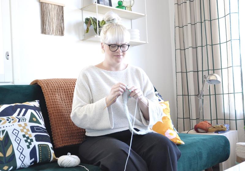 Marika on kiinnostunut neulomisesta korona-aikana. - Neulominen antaa tilaisuuden hengähtää ja rentoutua, hän toteaa.