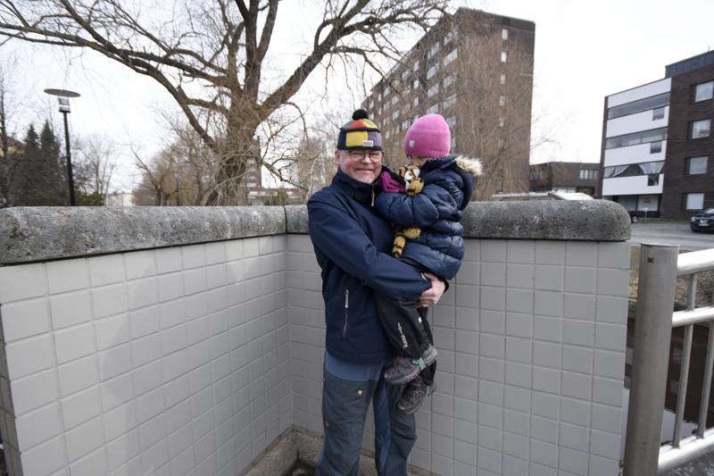 Tom Tiaista harmitti Tehtaankadun sillan graffitit ja hän kävi maalaamassa ne piiloon. Sylissään hänellä on lapsenlapsi Ylva.