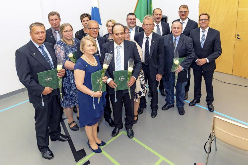 Heikki Pitkälä (kuvassa keskivaiheilla, edessä seisovan Anri Kolehmaisen takana) sai vuonna 2019 Haapaveden Keskustan 100-vuotisjuhlassa hopeisen ansiomerkin 20 vuoden ansiokkaasta työstä puolueessa. Hän kertoo palauttaneensa merkin.
