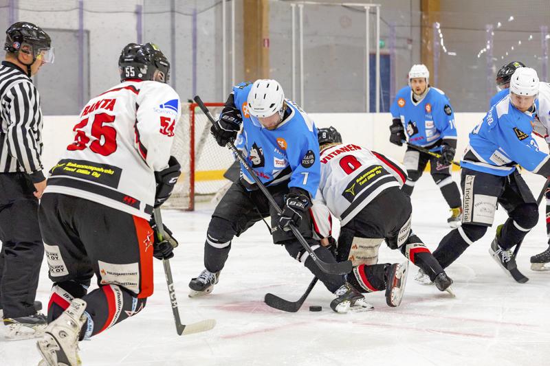 Cobrat ry Oulaisissa sai 24000 euroa tukea junioripäällikön toimen perustamiseen yhteishankkeessa Ylivieskan Jääkarhujen (YJK) kanssa. Ottelukuvassa vastassa Huskit.
