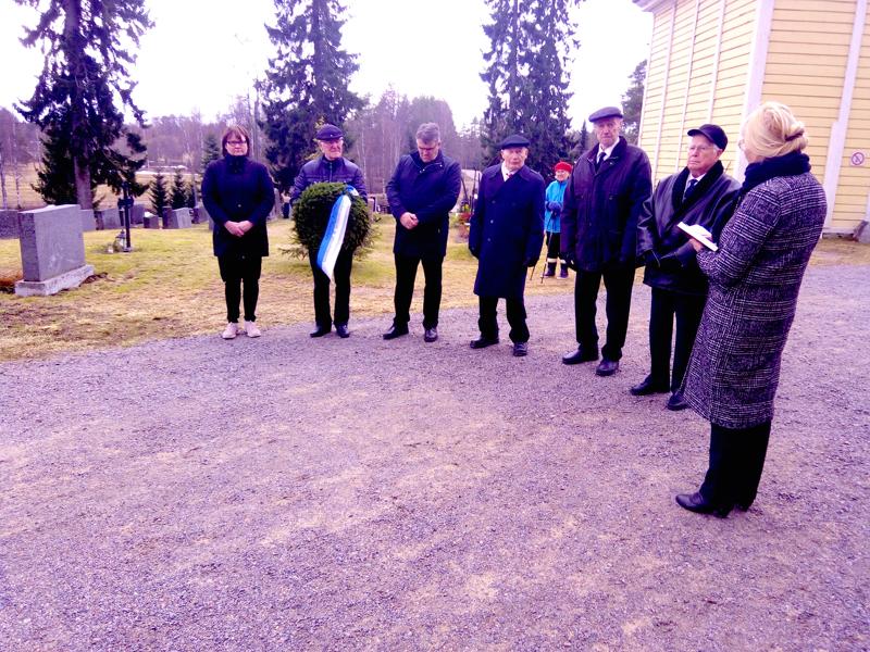 Puheenjohtajia, kunnanjohtaja, rovasti ja sotaveteraanit osallistuivat Perhon kirkkomaalla veteraanipäivän tilaisuuteen tiistaiaamuna.
