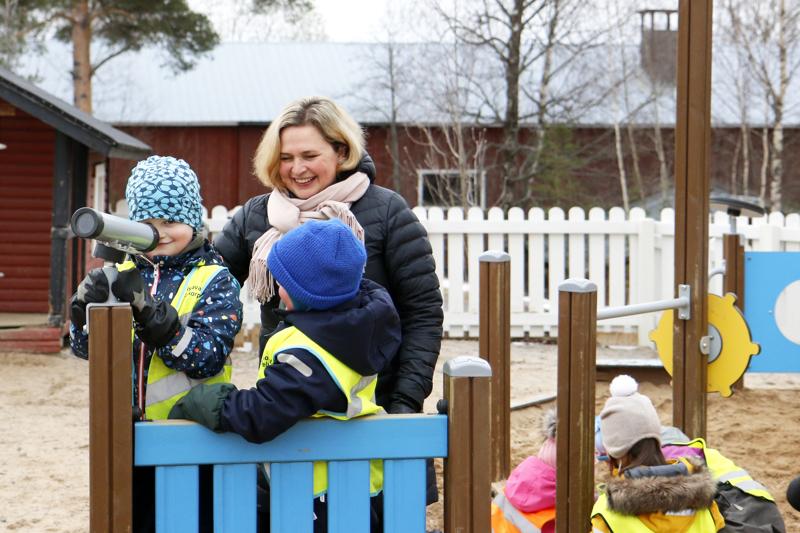 Peltokorven päiväkoti on yksi neljästä kokkolalaispäiväkodista, jossa alkaa syksyllä kaksivuotinen eskarikokeilu. Tiistaina aamupäivällä ulkoilemassa Aamos    Malmberg (vas.) ja Jussi Hakala sekä päiväkodinjohtaja Hannele Björkstrand.