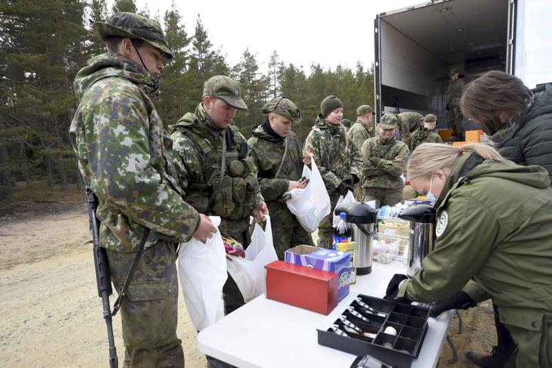 Lauri Valorinta ja Jan-Erik Autio toteavat, että vierailu sotilaskodin tarjottavien äärellä on päivän kohokohta. Mukaan tarttui paljon juotavaa ja makkaraa.
