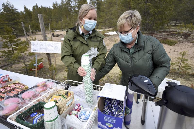 Maria Paananen ja äiti Aune Orjala ovat aktiivisia sotilaskotisisaria. – Täällä on hyötyä monenlaisista taidoista. Tekemistä löytyy kaikille, sanoo Paananen.