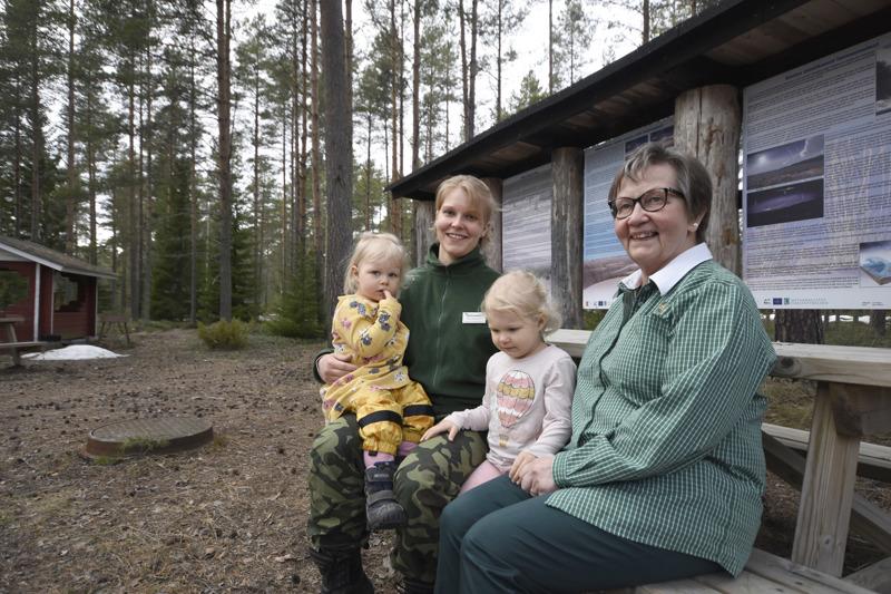 Kirsi Mäntysaari on kulkenut äitinsä Anni Lätin mukana sotilaskodilla pienestä pitäen. Nyt mukana kulkevat omat tyttäret Minttu ja Venla.