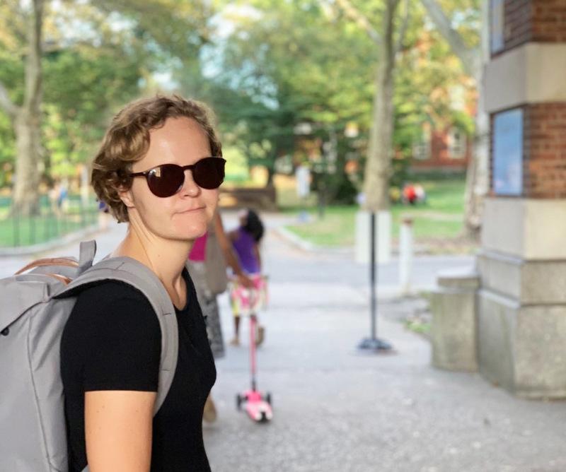 Johanna Frondelius kirjoitti ylioppilaaksi Haapaveden lukiosta 1999, minkä jälkeen opinnot veivät ensin Joensuuhun, myöhemmin Helsinkiin. Viime vuodet hän on tehnyt freelancer-toimittajan töitä suomalaisille medioille New Yorkista.