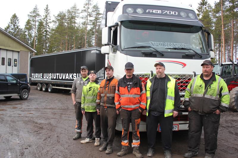 Ahola Ay:n 25 metristä turverekkaa vappuaaton rekkamielenilmaukseen teippasivat tiistaina vas. Roope, Tomi ja Joni Ahola, Sauli Pinolehto ja Marko ja Mika Ahola.