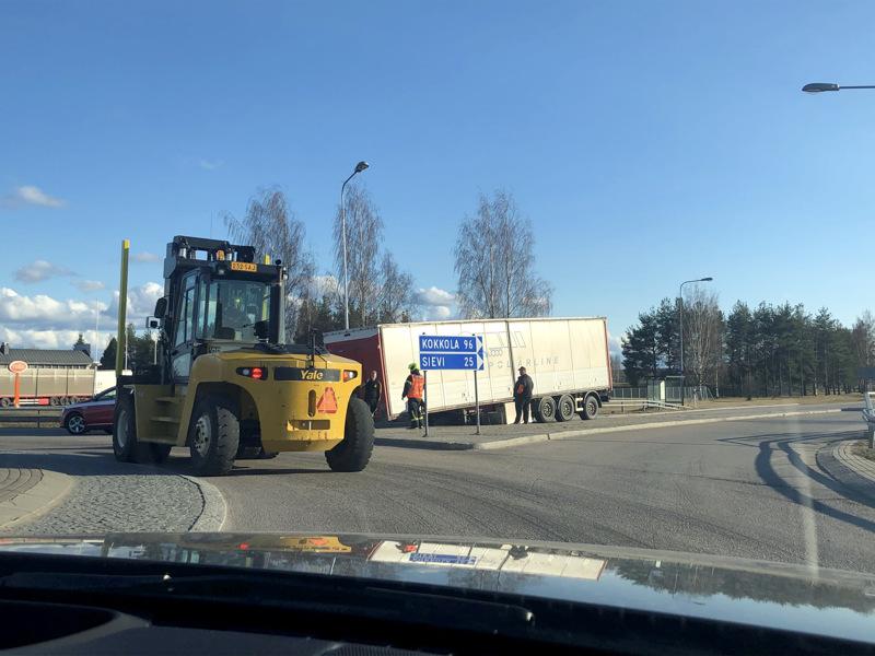 Ennen iltaseitsemää pelastuslaitos ohjasi liikennettä. Trukki oli tuotu paikalle nostamaan perävaunua. Liikenne kulki hyvin.