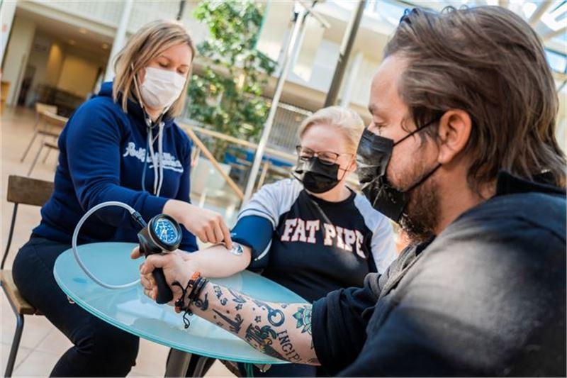 Heidi Latvala, Pirjo Sällinen sekä Kim Övergaard kehuvat opiskelua hyvin käytännönläheiseksi.